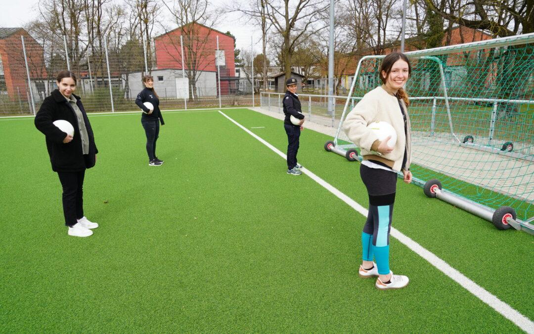 FC Stern und Aktion Mädchen an den Ball…..